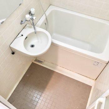 洗面台とのユニットですが清潔感があります。