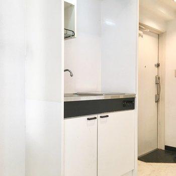 冷蔵庫はキッチン右手に。