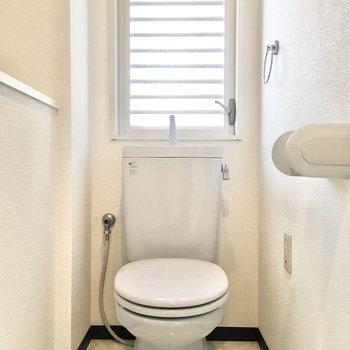 トイレにも窓があって換気もバッチリ◎
