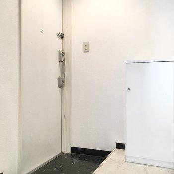 玄関もコンパクトなサイズ感。