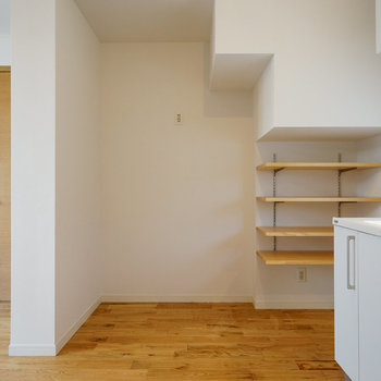 キッチン横には可動棚も!