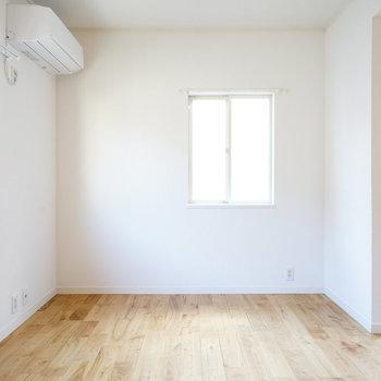 2階に寝室、2面採光で明るい洋室〇