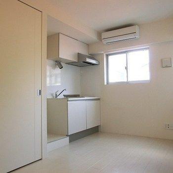 部屋の隅にしっかりしたキッチン。※写真は前回募集時のものです