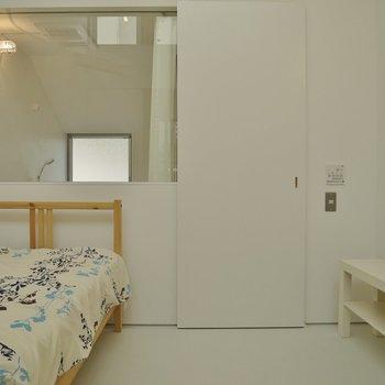真っ白な洋室とガラス張りのバスルーム♪※写真は前回募集時のもの