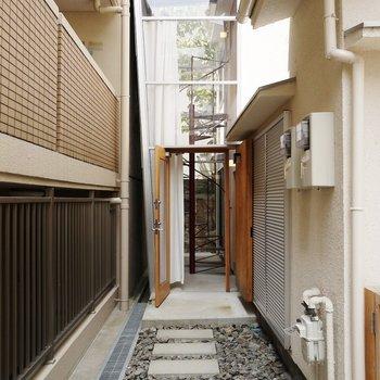 スケルトンの玄関♪隣のマンションから丸見えかも。カーテンを使って目隠ししてね!