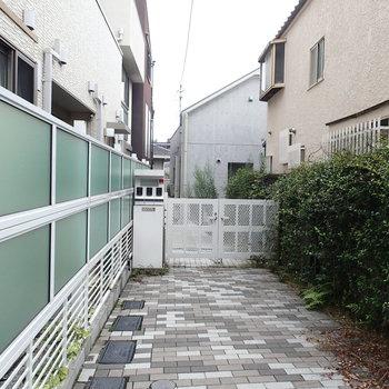 正面の入り口はこちらです。お家は道からすこし奥まったところにあります