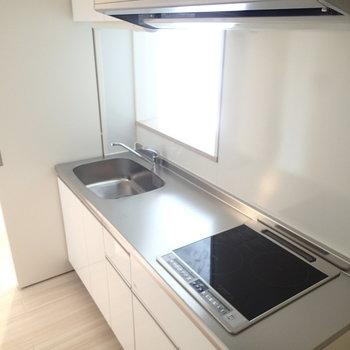 大きなキッチン。掃除しやすいIHコンロ※写真は前回募集時のものです