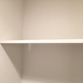 ペーパーのストックは上の棚に。※写真は5階反転間取り・別部屋のものです