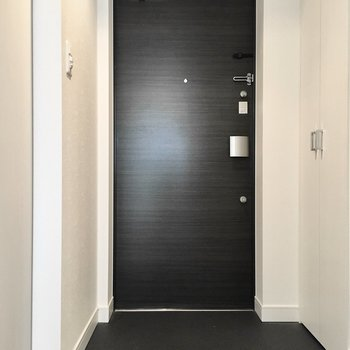 玄関はシンプルに。※写真は5階反転間取り・別部屋のものです