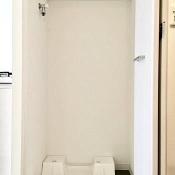 洗濯パンは扉で隠せるタイプ。※写真は5階反転間取り・別部屋のものです