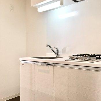 冷蔵庫スペースがあるのはうれしいポイント!※写真は5階反転間取り・別部屋のものです