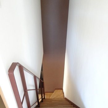 段差が高めの階段。(※写真は2階の同間取り別部屋のものです)