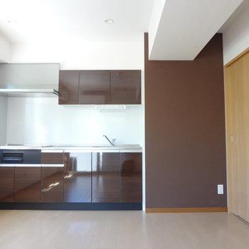 ブラウンのキッチン。(※写真は2階の同間取り別部屋のものです)