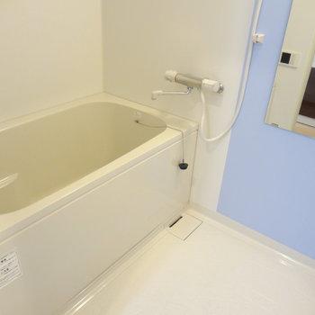 お風呂もピカピカ!(※写真は2階の同間取り別部屋のものです)