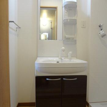 洗面台もきれい。(※写真は2階の同間取り別部屋のものです)