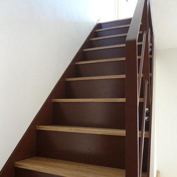 階段を上って上の階へ。(※写真は2階の同間取り別部屋のものです)
