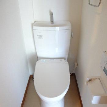 トイレも十分な広さ。(※写真は2階の同間取り別部屋のものです)