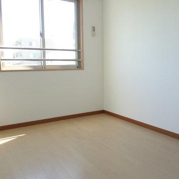 ここにも洋室が。(※写真は2階の同間取り別部屋のものです)