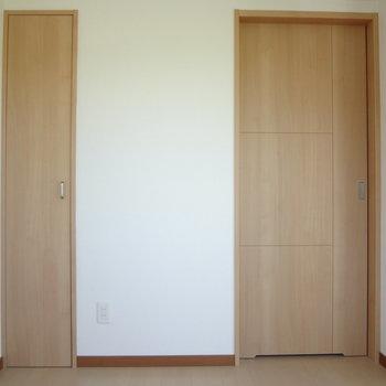 細い扉が・・・(※写真は2階の同間取り別部屋のものです)