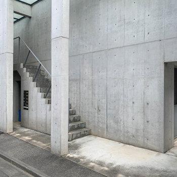 マンション横手、階段を上がるとお部屋に。