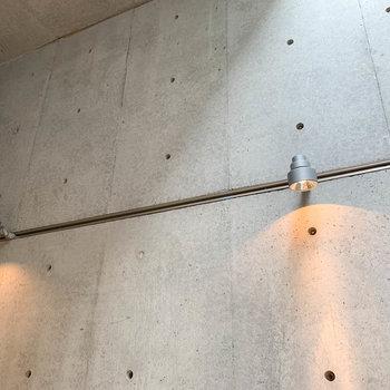 お部屋の照明は、壁付けでライティングレール。