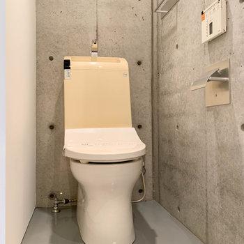 扉を開けると、温水洗浄便座の付いたお風呂です。