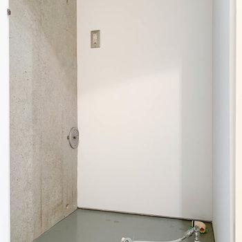 1番玄関側に、洗濯機置き場があります。