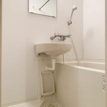 キッチン後ろには、2点ユニットのお風呂。浴室乾燥や暖房も付いています。