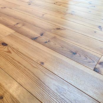 居室の床面には無垢床を採用。安らぎのアクセントに。