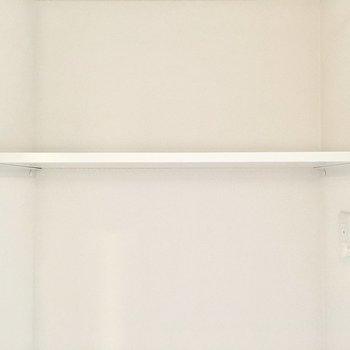 上の棚には洗剤やタオルを。(※写真は4階の同間取り別部屋のものです)