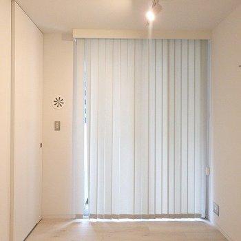 寝室は5帖。半地下で落ち着く空間。※写真は別部屋