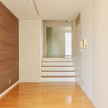 階段を降りると寝室に。※写真は通電前のものです。