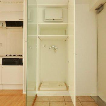 洗濯機置場は玄関そばの土間スペースに。※写真は通電前のものです。
