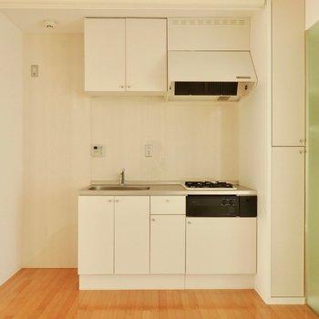 キッチンはガスコンロ2口。※写真は通電前のものです。