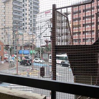通りが見渡せます!鳥よけネットもついてて安心ですね