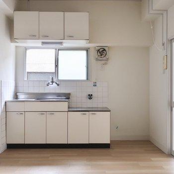 キッチンのレトロさがたまんなくかわゆ♡(写真は清掃前・通電前のものです)
