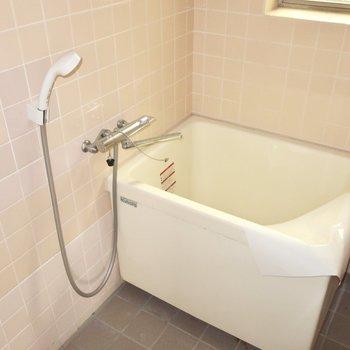 浴室はピンクのタイルがキュート。こちらも窓付き!(写真は清掃前・通電前のものです)