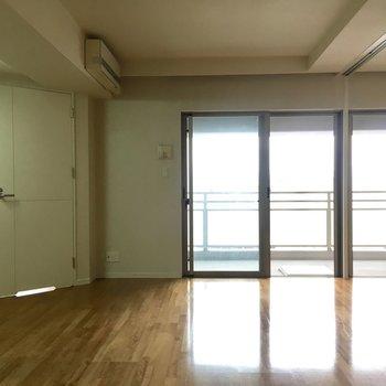 窓が大きくて明るいお部屋※写真は6階の同間取り別部屋のものです。
