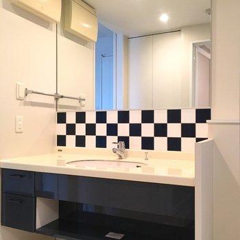 この大きい洗面台!二人並べます!※写真は6階の同間取り別部屋のものです。