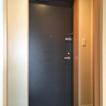 玄関もシンプルに。※写真は6階の同間取り別部屋のものです。