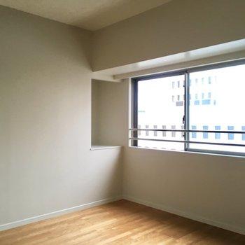 そして洋室。窓があるので風が吹き抜けます!※写真は6階の同間取り別部屋のものです。