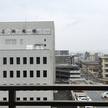 大きい建物が見えます!※写真は6階の同間取り別部屋のものです。