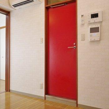 真っ赤な扉がアクセントに!この中は・・・