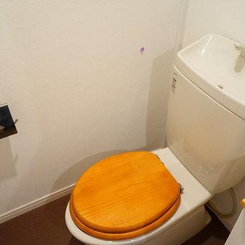 トイレは木製の便座に※写真はイメージです