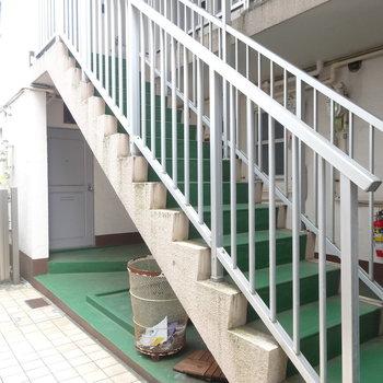 この階段の裏側に今回のお部屋です