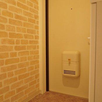 玄関はレンガのアクセントクロス