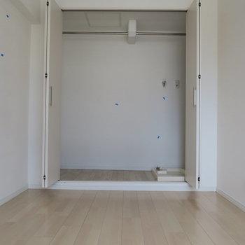 収納と扉を開けるとしっかりと充分な大きさがあります。横に洗濯機置場があるのが見えますね。