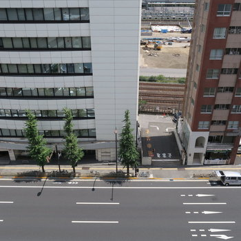 目の前は第一京浜。と向かいはマンションなどの建物が並びます。