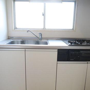 キッチンにも窓があります。3個口のコンロにグリルまで!