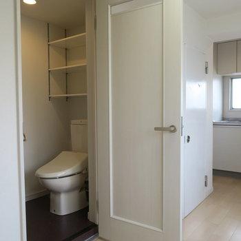トイレの上にも収納が。